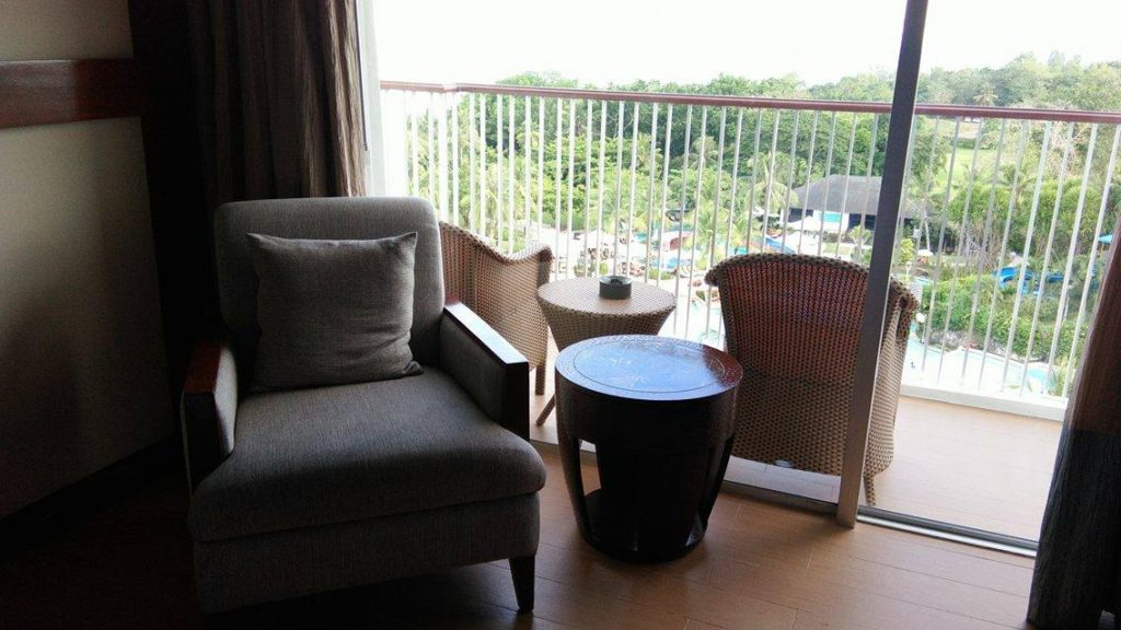 balcony-at-shangri-la