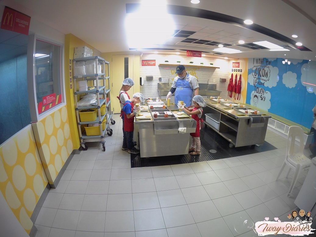 Kidzania - burger shop crew - role playing
