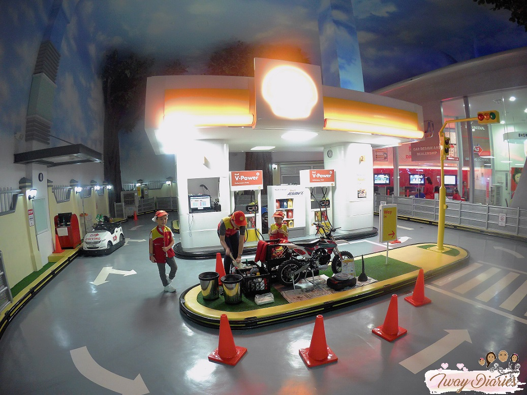 Kidzania - car mechanic - role playing